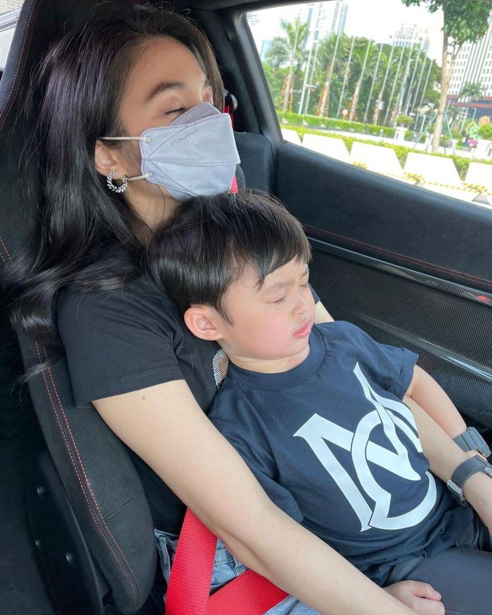 9 Pose Artis Indonesia Saat Tidur Bareng Anak, Kompaknya Bikin Gemas!