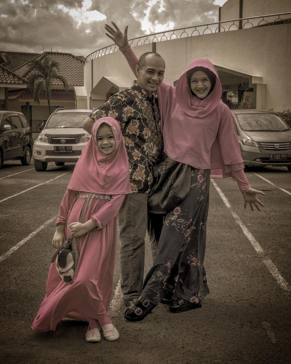 Jarang Disorot, 10 Potret Bahagia Artta Ivano Bersama Suami dan Anak