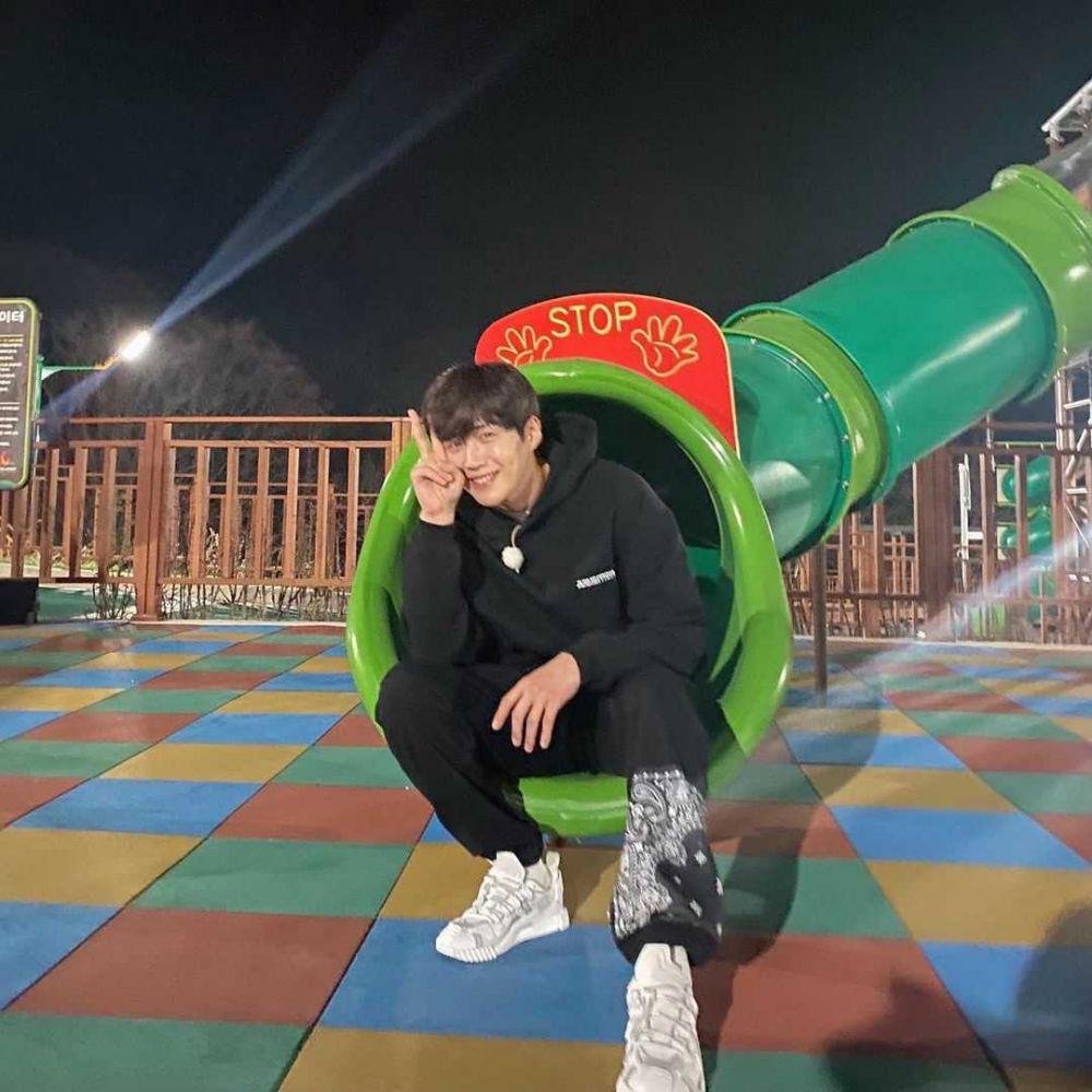 12 Ide Mix and Match Sneakers ala Aktor Kim Seon Ho, Kekinian!