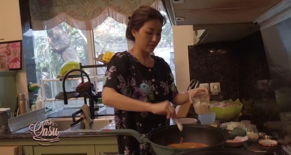 9 Potret Artis Saat Memasak di Dapur, Ada yang Sambil Gendong Anak!