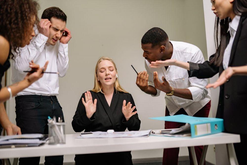 5 Alasan Jangan Gampang Percaya dengan Rekan Kerja di Kantor