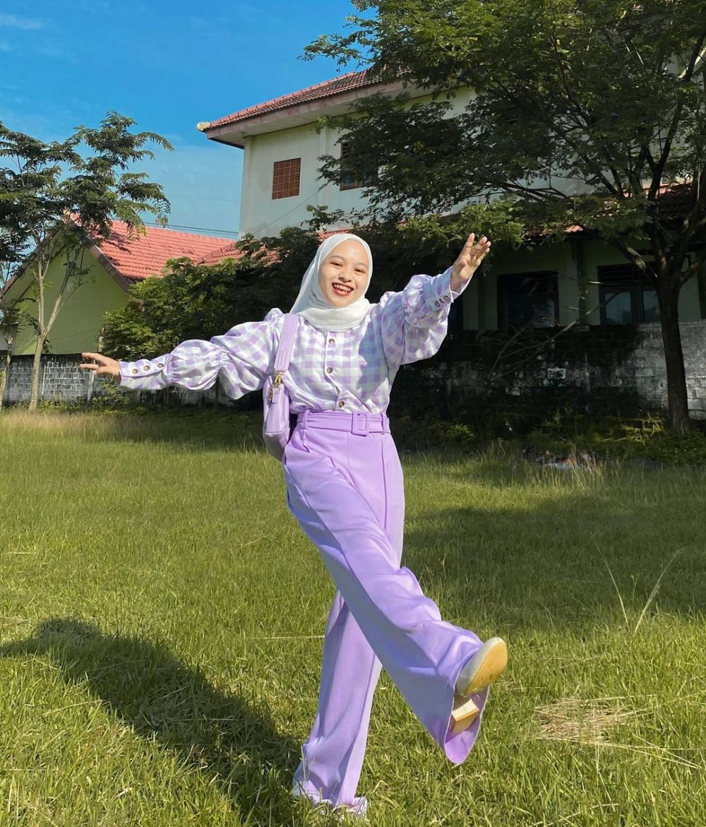 10 Ide Mix and Match Outfit Nuansa Lilac ala Chichi Annisa, Manis!