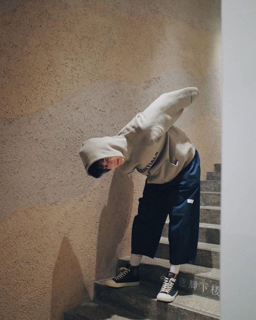 9 Inspirasi Mix and Match Hoodie ala Aktor Mandarin Tang Xiao Tian