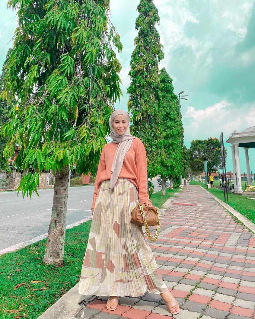 11 Padu Padan Outfit dengan Bawahan Rok ala Mia Daud, Simpel dan Chic