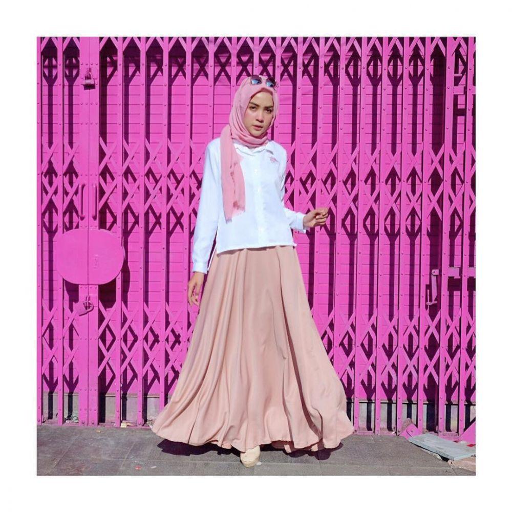 11 Padu Padan Outfit dengan Rok ala Hamidah Rachmayanti, Chic!
