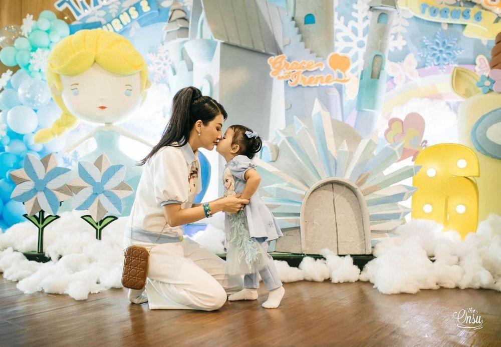 Mama Hits, 10 Potret Artis Saat Mengurus Putrinya yang Masih Balita