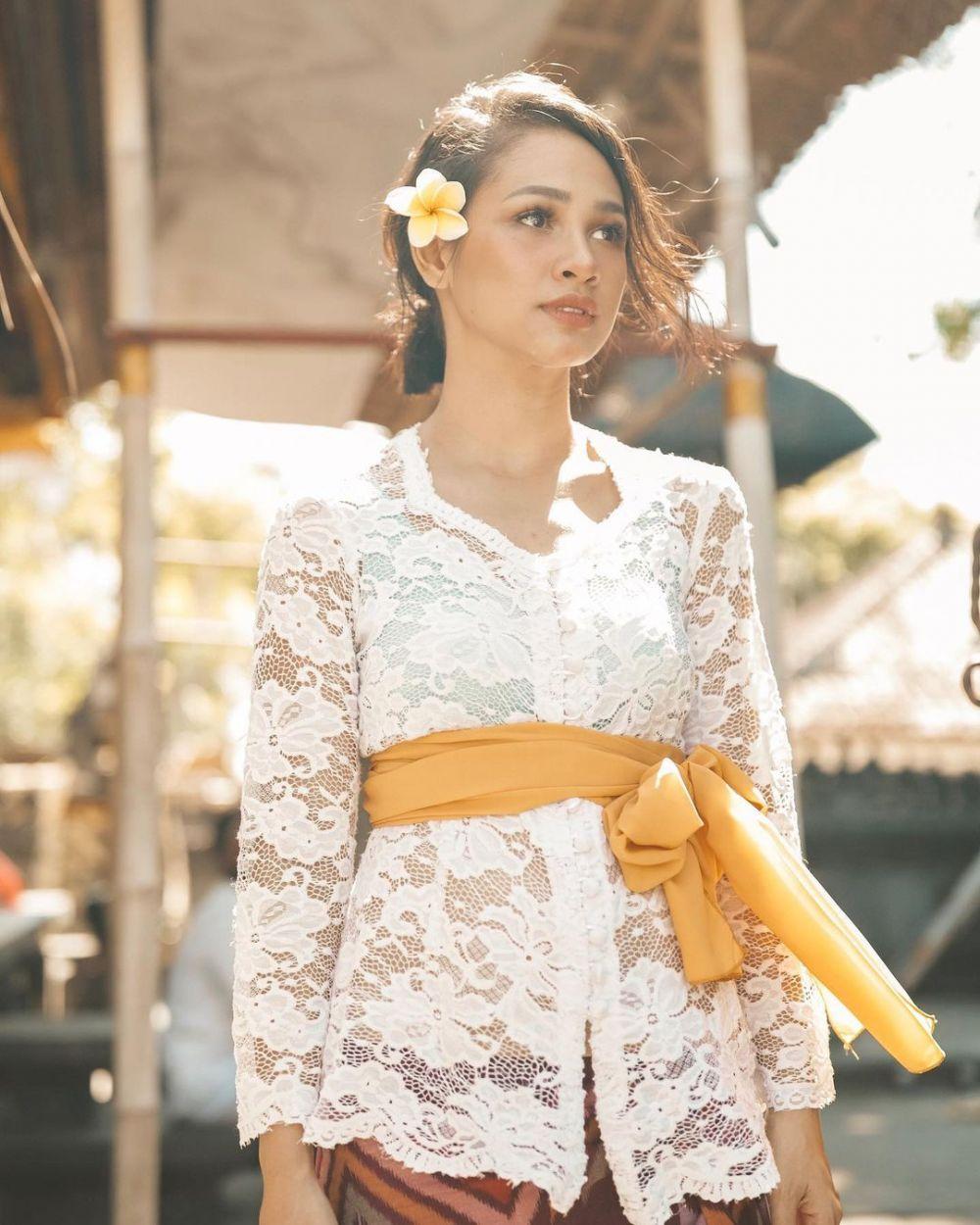 Anggun dan Menawan, 10 Gaya Elegan Artis Memakai Kebaya Bali