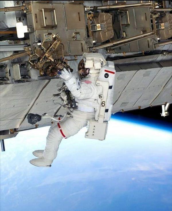 Astronot AS dan Prancis Lalui Perjalanan ke Luar Angkasa