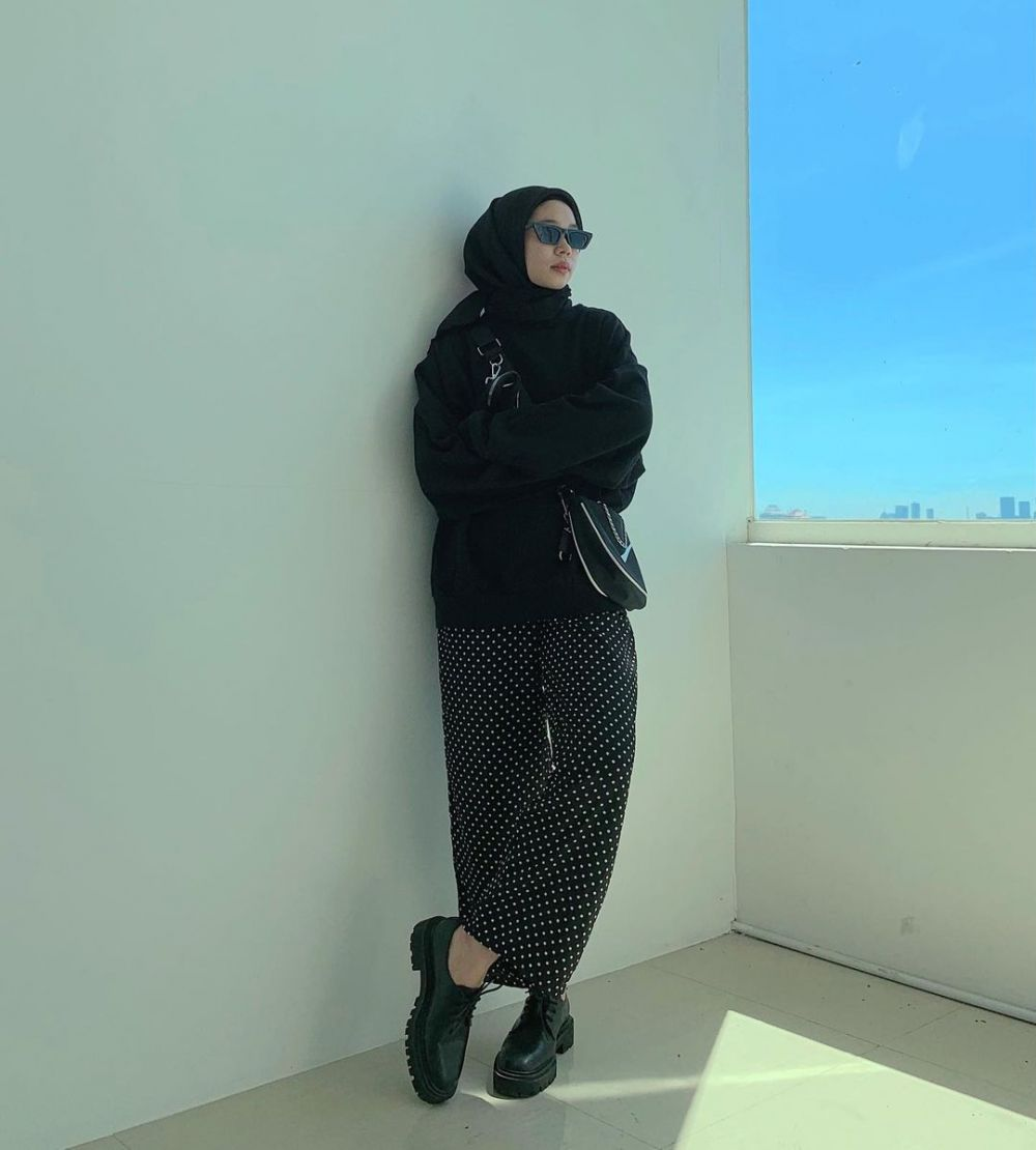 10 Ide Mix and Match Outfit Serba Hitam ala Fitri Hasiani, Gorgeous!