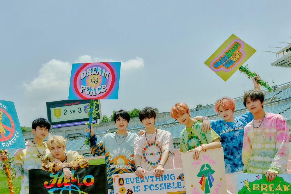 10 Potret NCT DREAM Nongkrong Bareng di Stadion Kosong, Keren!