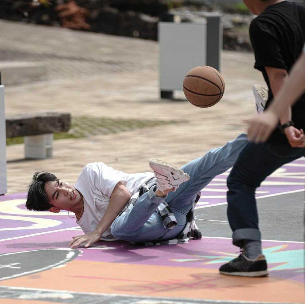 9 Potret Gagah Jeffry Reksa Main Bola Basket, Manly Banget!