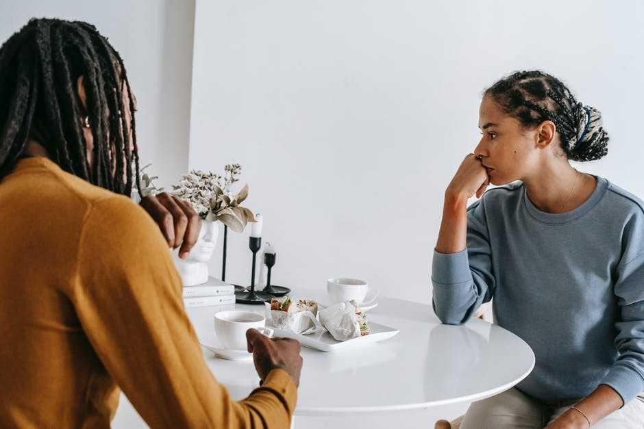 5 Tanda Awal yang Buktikan Pasanganmu adalah Sosok Pencemburu