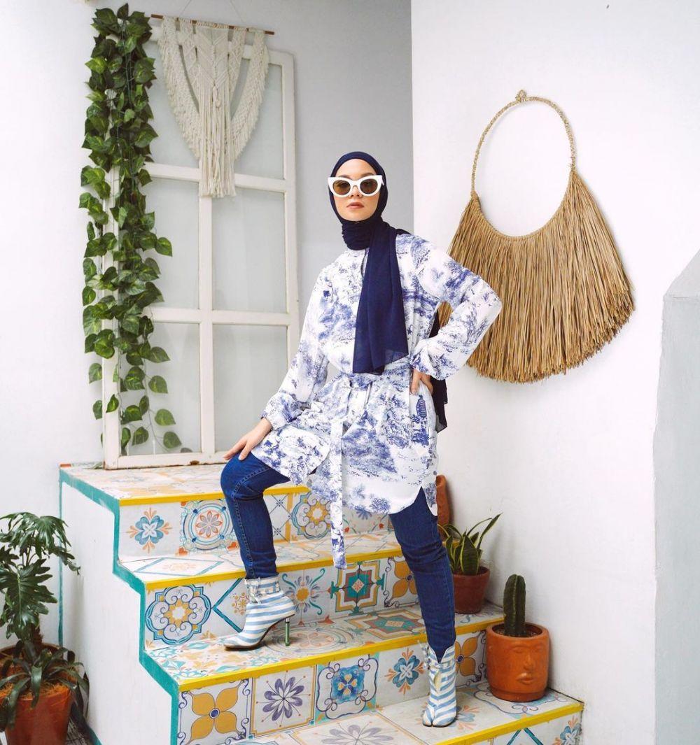 Jadi Inspirasi Pose, 10 Potret OOTD Tantri Namirah di Tangga