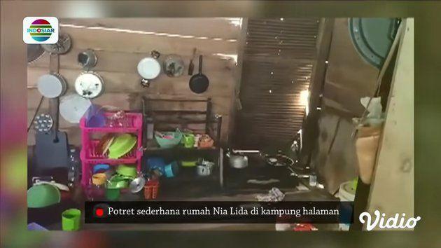 Sederhana Berdinding Kayu, 9 Potret Rumah Nia LIDA di Kampung Halaman