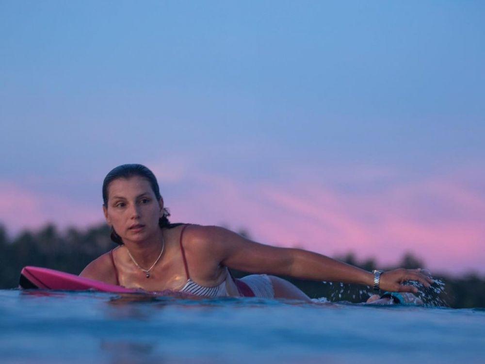 9 Potret Maya Gabeira, Peselancar Rupawan Asal Brazil yang Memikat!