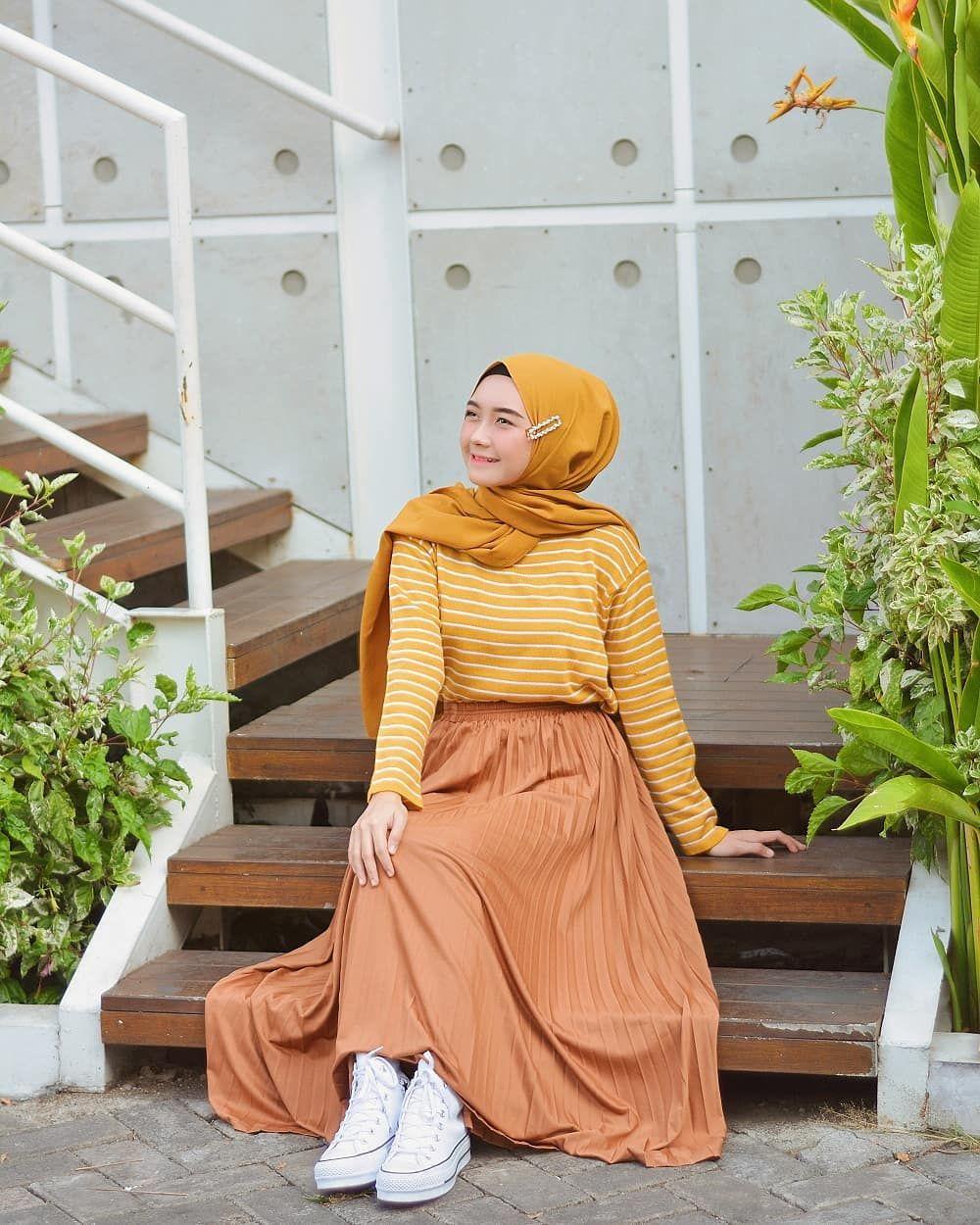10 Inspirasi Padu Padan Pleated Skirt ala Nindi Ariesti, Trendi Abis!