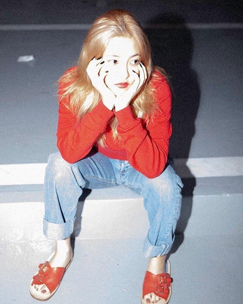 10 Padu Padan Outfit dengan Bawahan Jeans ala Yeri Red Velvet, Kece!