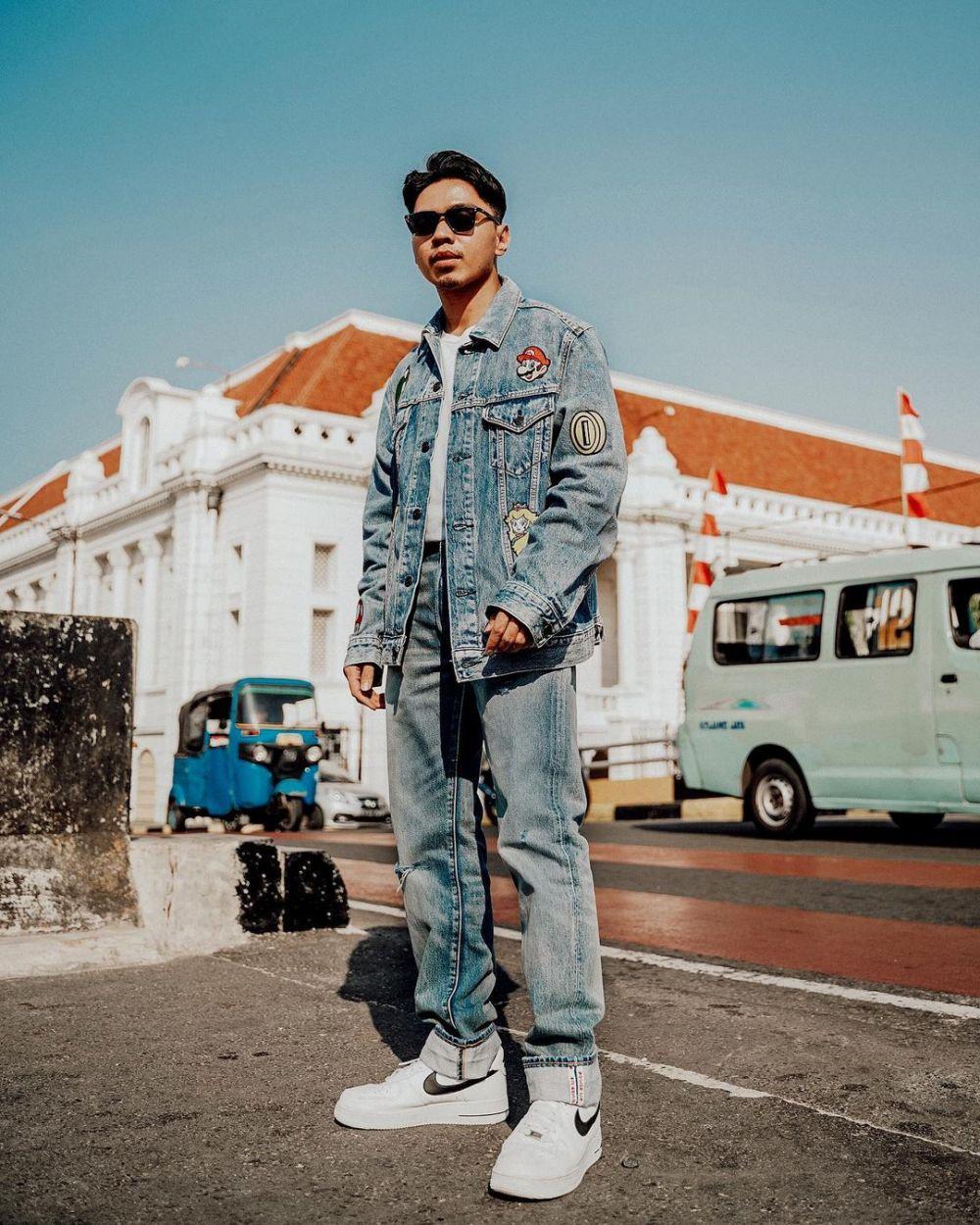 9 Inspirasi Padu Padan Jaket Denim untuk Pria, Fashionable Maksimal!