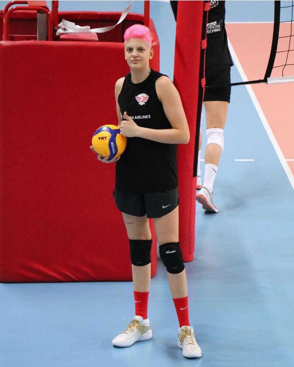 10 Potret Ebrar Karakurt, Atlet Voli Berambut Pink yang Curi Perhatian