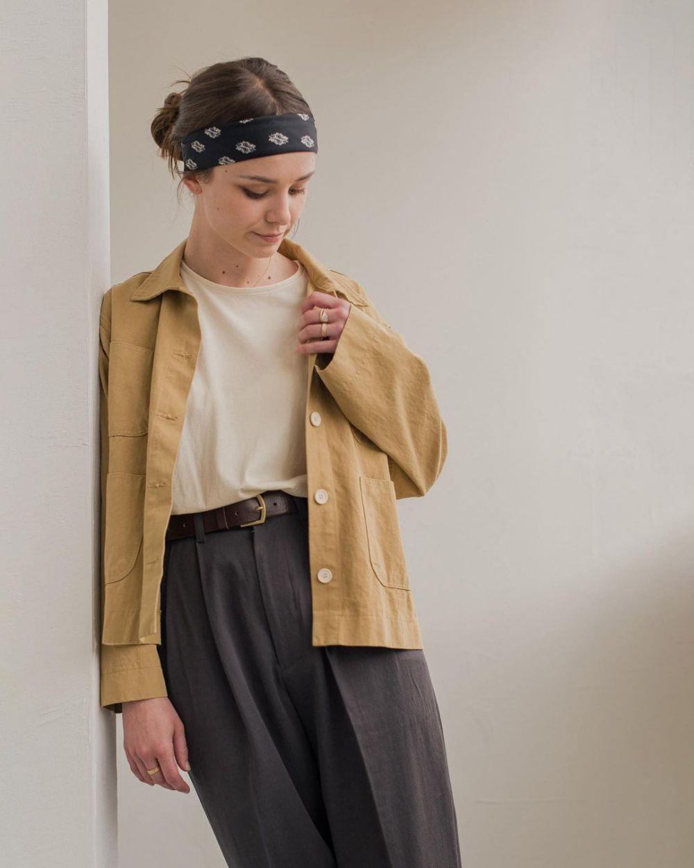 11 Ide Gaya Kaus Polos Selain Dipakai bareng Celana Denim, Tetap Comfy