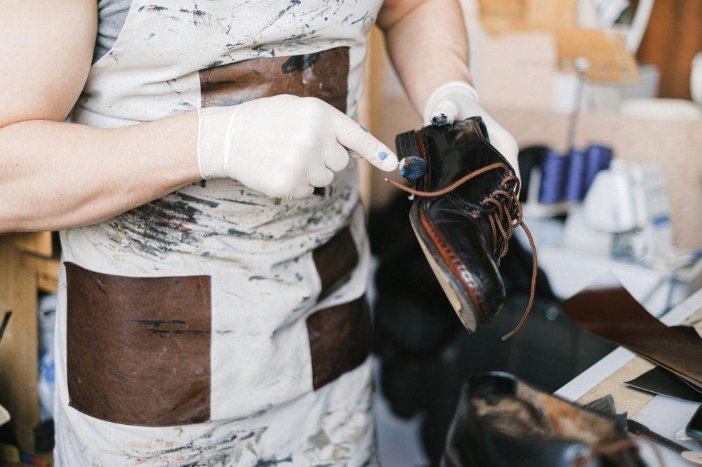5 Tips Menyemir Sepatu Kulit agar Mengilap dan Gak Cepat Rusak