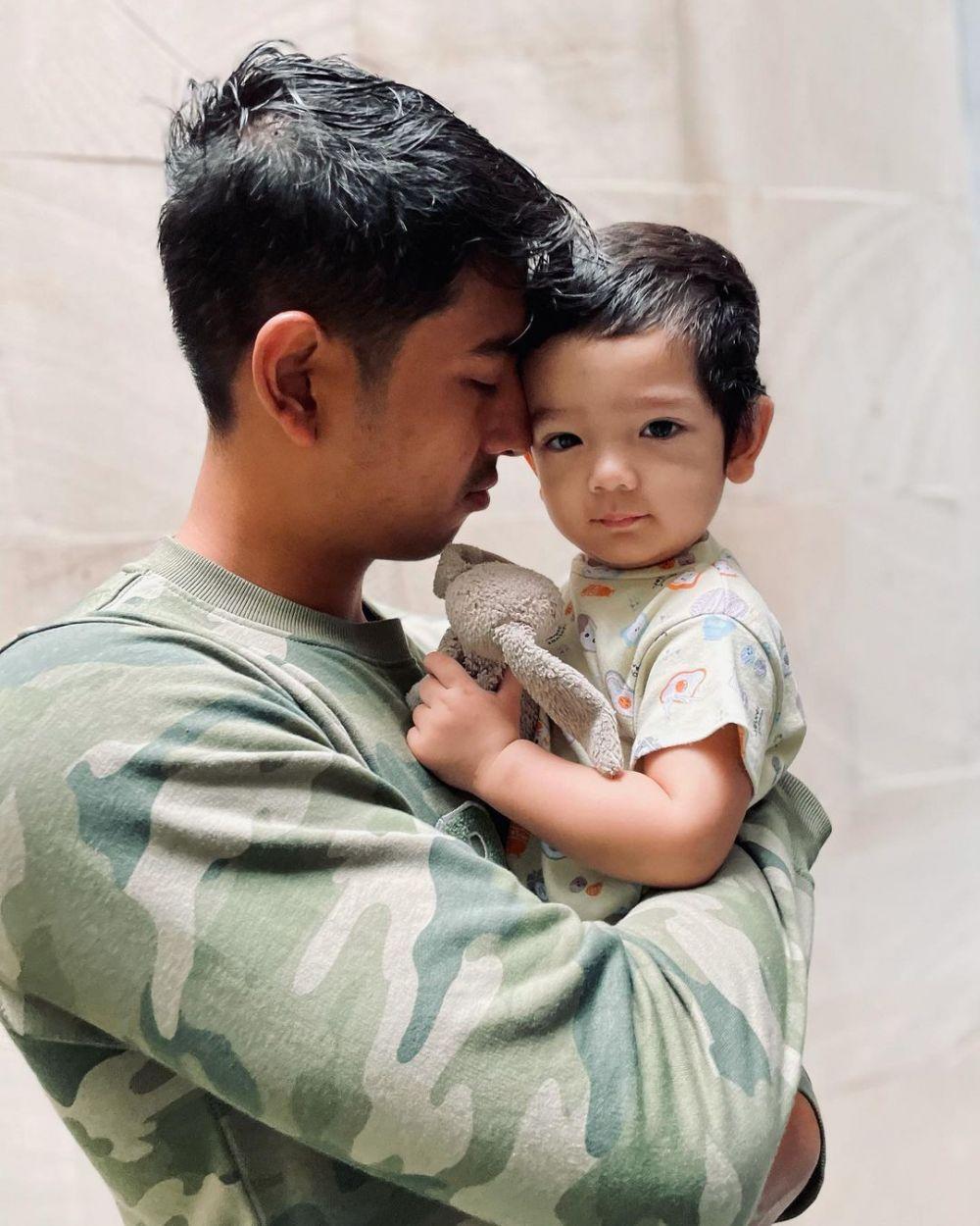 10 Adu Gaya Arya Saloka dan Marcell Darwin Saat Momong Anak