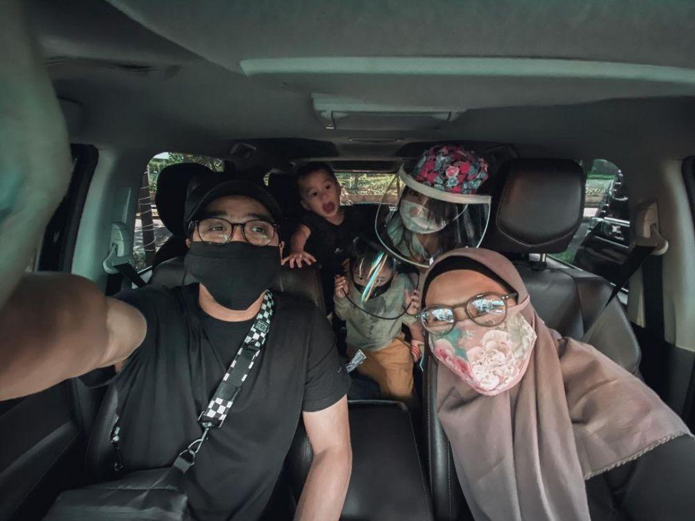 Bak ABG Pacaran, 10 Potret Manis Ricky Harun dan Herfiza saat Swafoto
