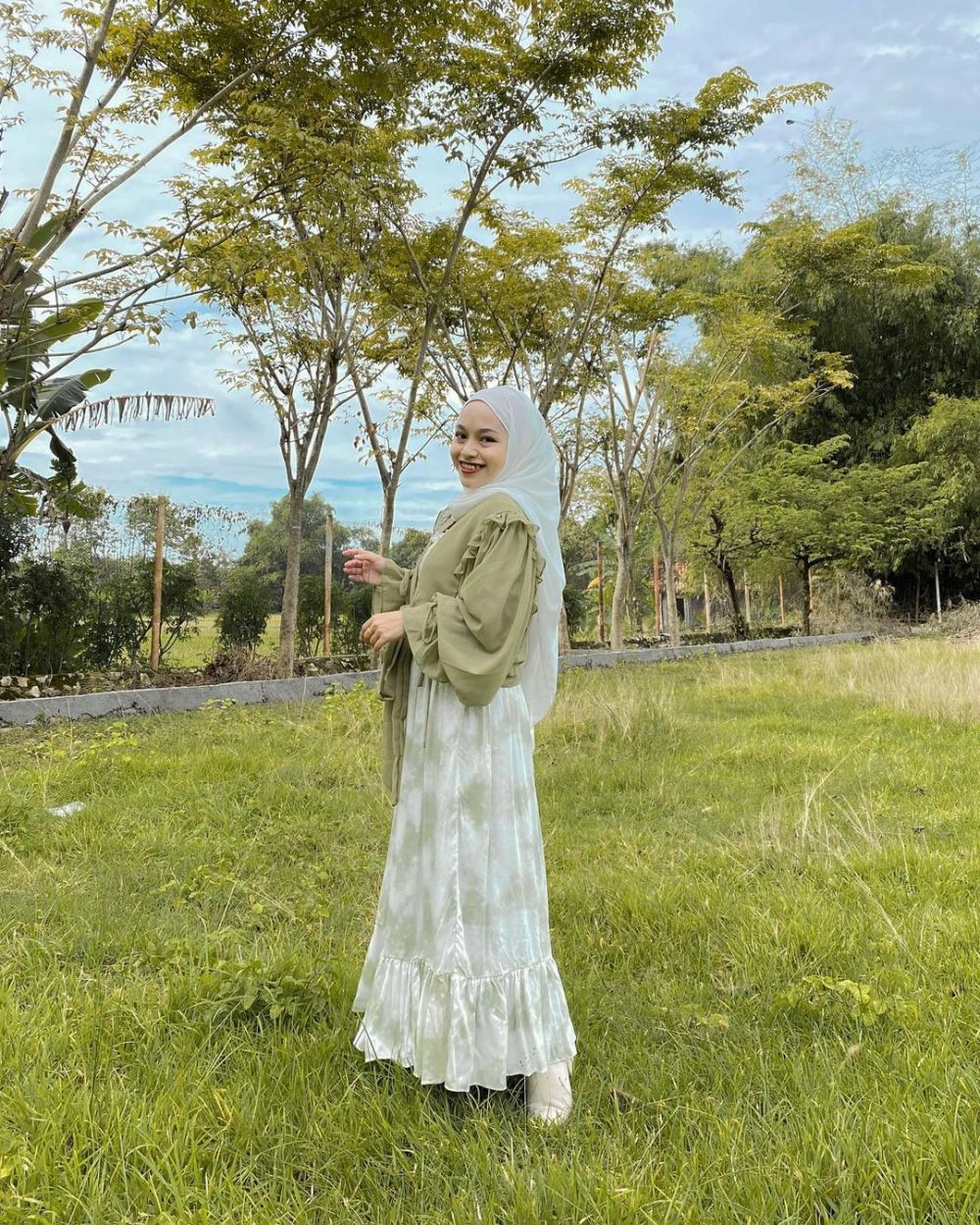 10 Ide Mix and Match Outerwear ala Chichi Annisa, Casual Hingga Cute!