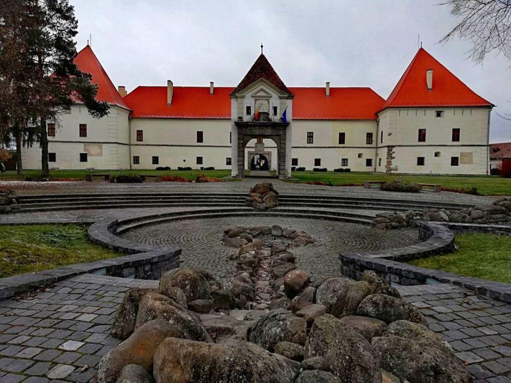 10 Kastil Termegah di Rumania, Ada yang berjuluk Kastil Drakula!