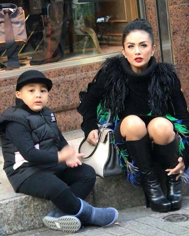 10 Penyanyi di Usia 40-an Punya Anak di Bawah 10 Tahun