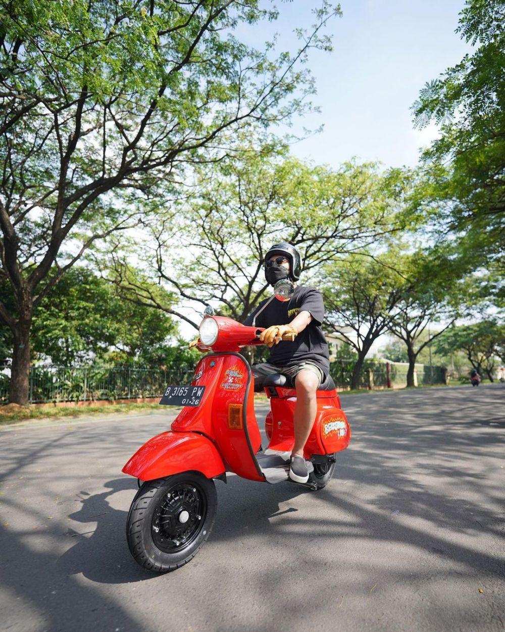 9 Potret Arief Muhammad ketika Menunggangi Motor, Gagah Abis!