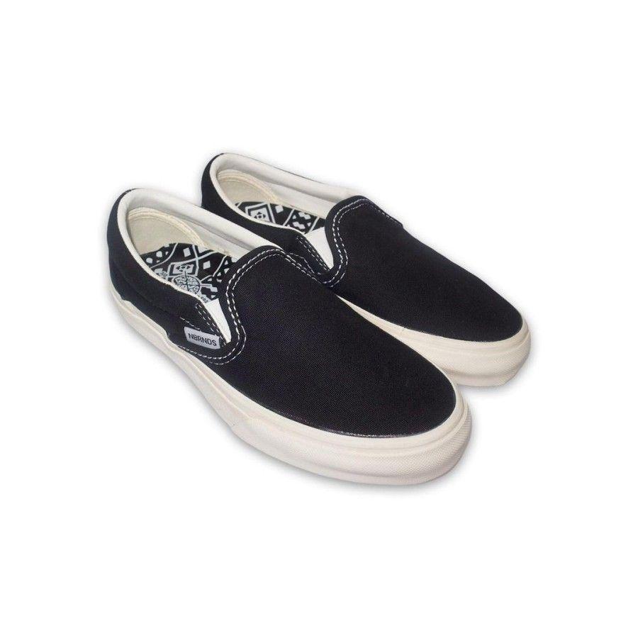 5 Sepatu Slip On Pria dari Brand Lokal, Gak Kalah Keren!