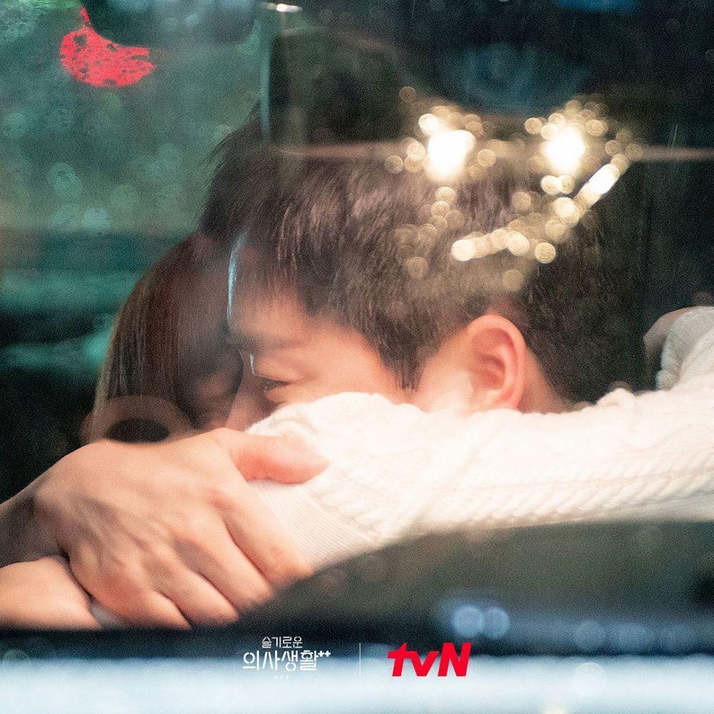 Happy Ending, 15 Potret Romantis Pasangan di Hospital Playlist 2