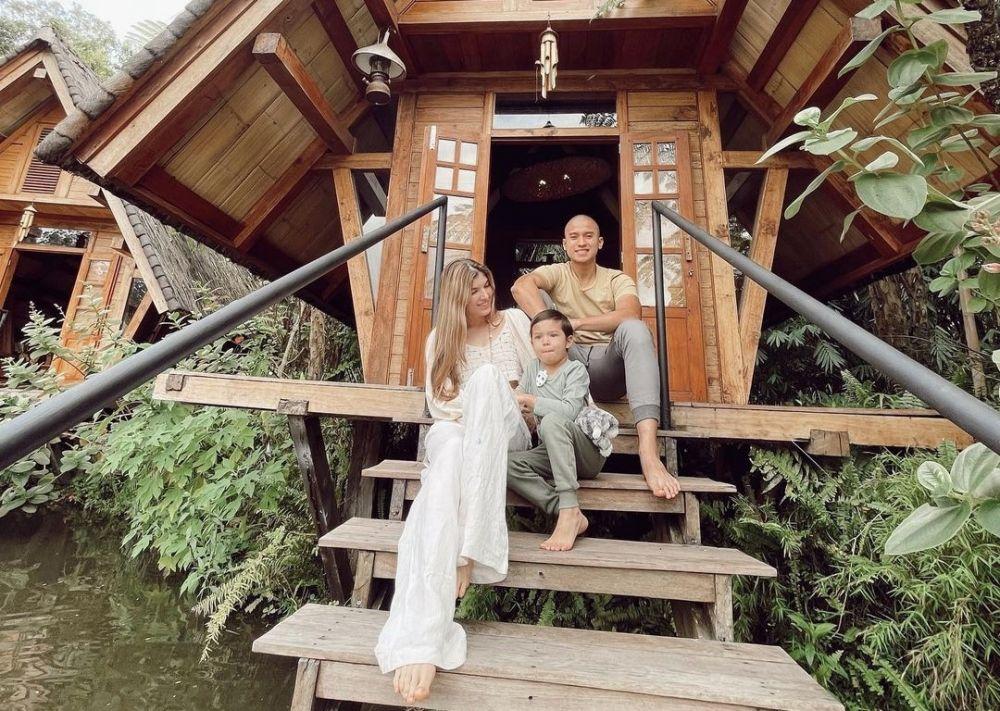 Family Goals, 9 Potret Terbaru Keluarga Mikaila Patritz dan Fardhan