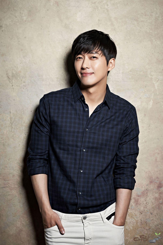 7 Aktor Korea yang Juga Seorang Penulis Skenario dan Sutradara Film