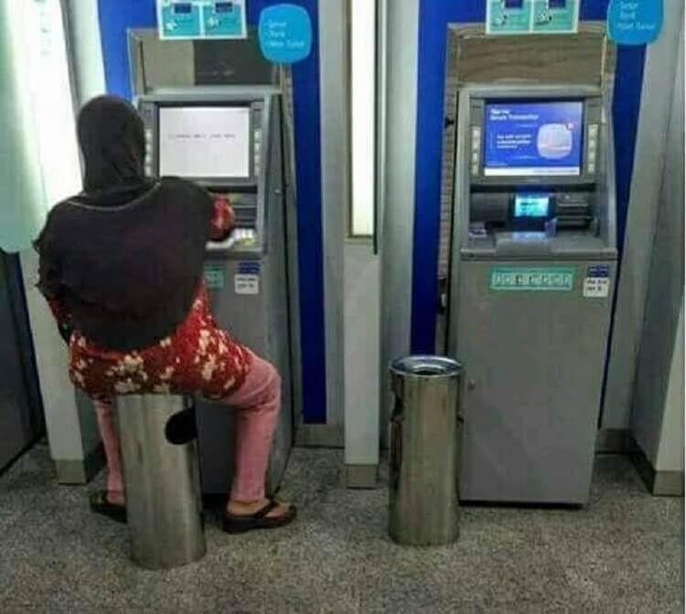 Tertangkap Kamera! Ini 9 Foto Kelakuan Orang di ATM yang Nyeleneh!