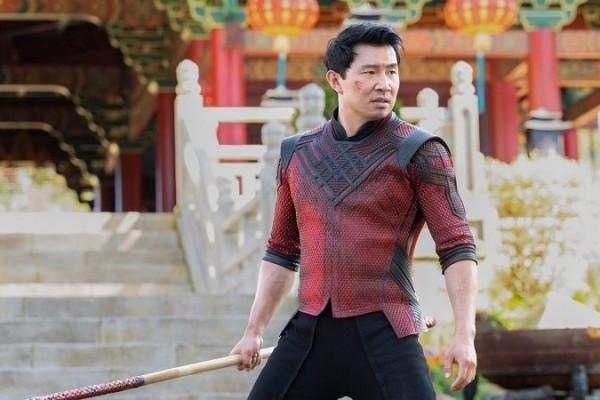 Shang-Chi Kantoran! Simu Liu Membagikan Foto Waktu Jadi Model Foto!