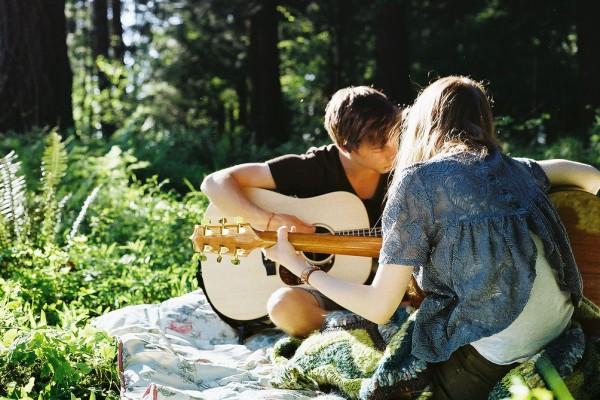 15 Lagu yang Bikin Pasanganmu Klepek-klepek Jika Kamu Nyanyikan di Hari Valentine