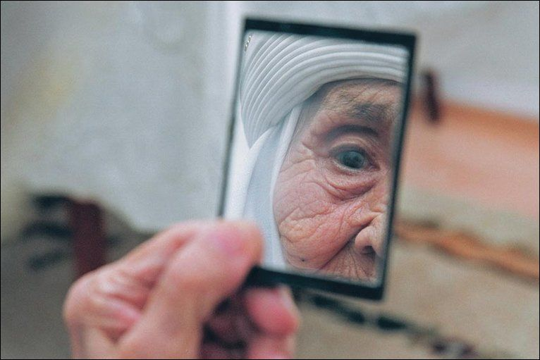 old-woman-in-mirror-3024a6acc8b68780e53f9e80e96085e9.jpg