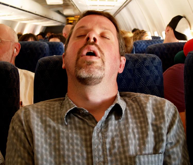 10 Posisi Tidur Paling Nyaman di Pesawat, Hati-hati Ngorok Ya!