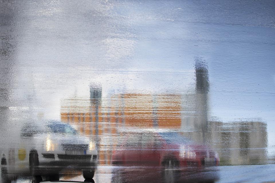 6 Teknik Menyetir Mobil yang Benar Saat Hujan Deras