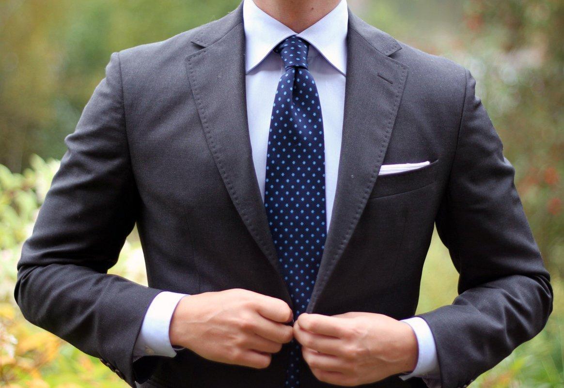 Jangan Asal, Begini Aturan Memakai Dasi yang Benar Buat Cowok