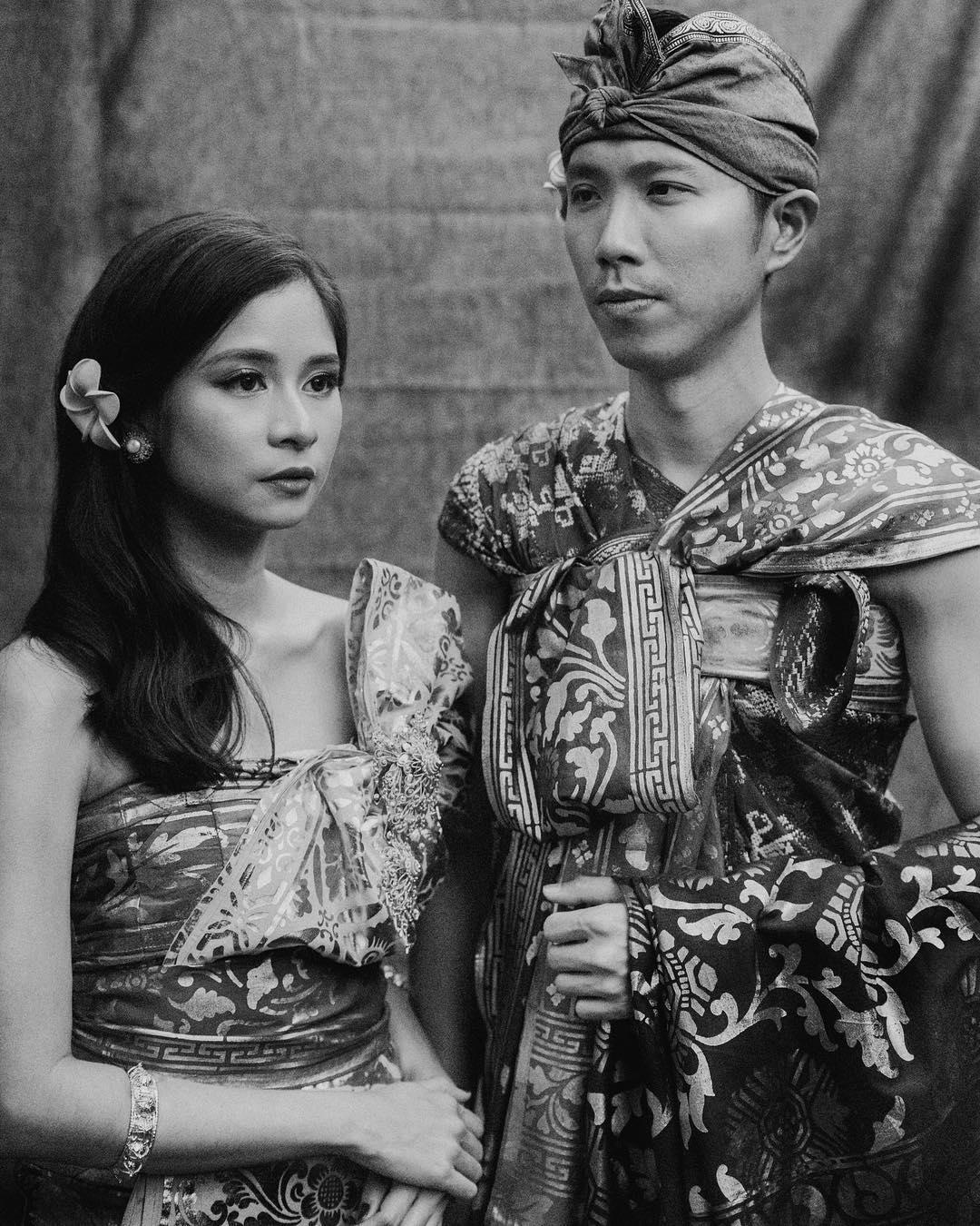 15 Foto Prewedding Sakral Dengan Pakaian Adat Indonesia Mau Coba