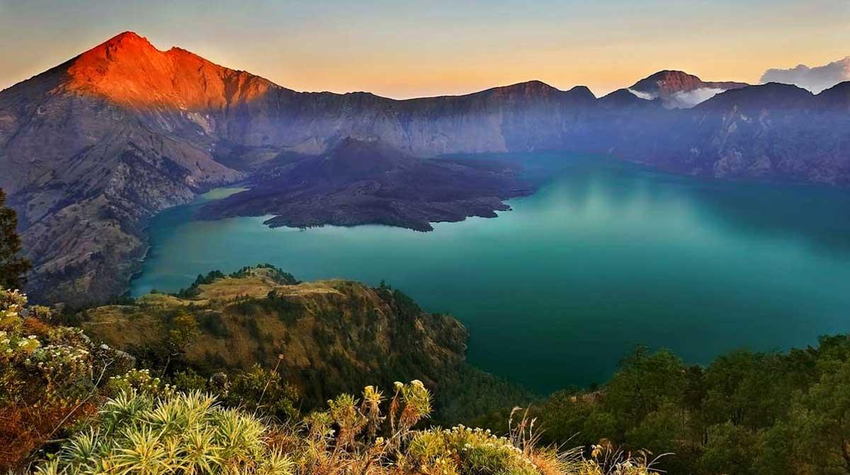 10 Gunung Paling Favorit di Indonesia, Indahnya Tak Main-main!