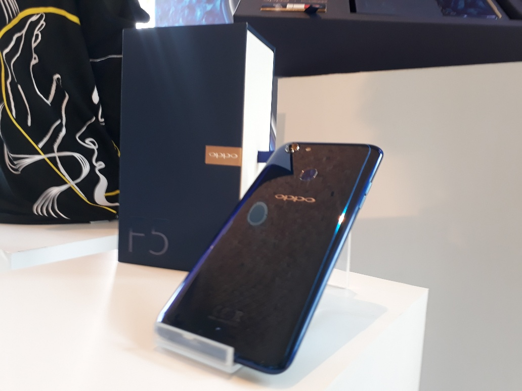 Hands-on: Kemilau Biru OPPO F5 Dashing Blue