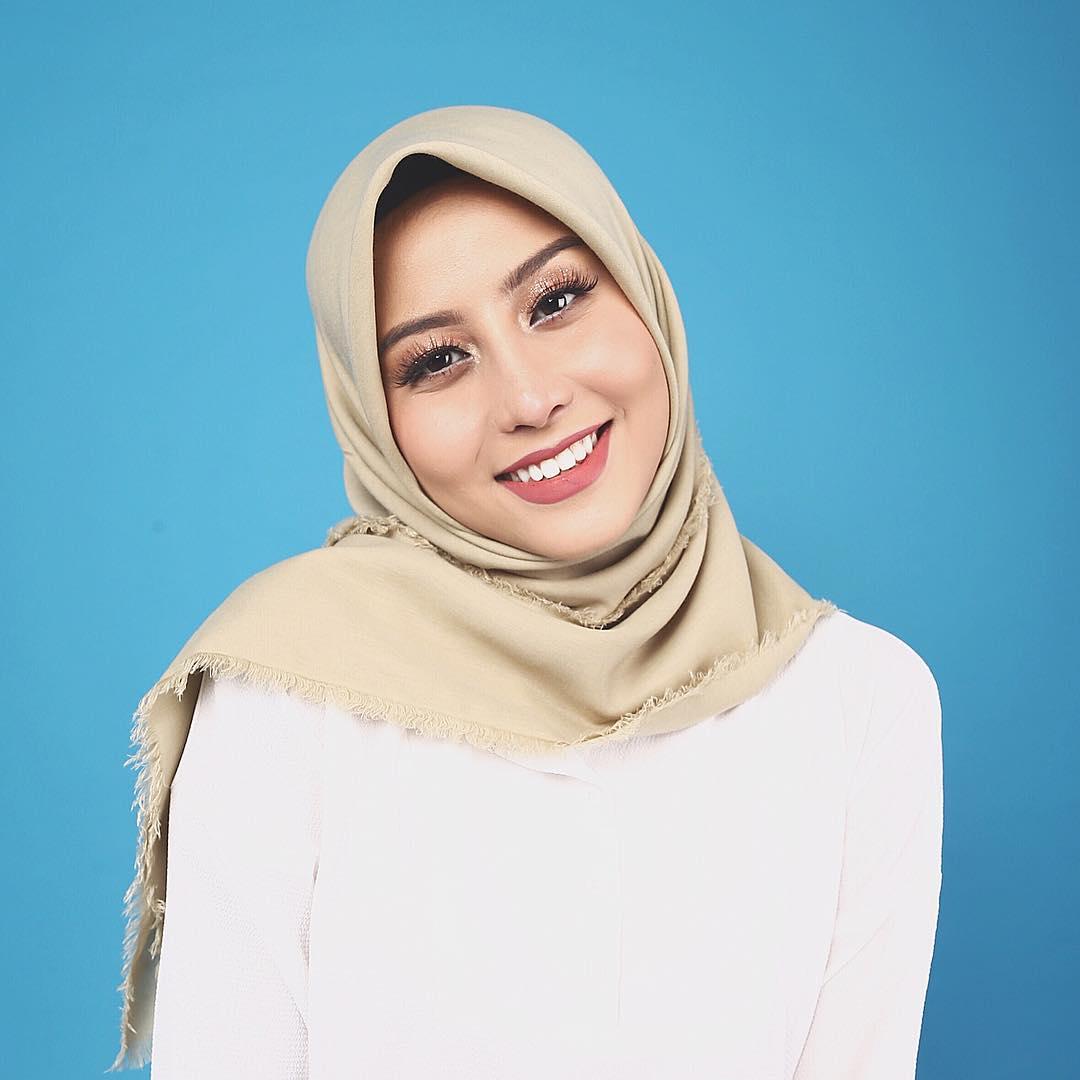 10 Foto Manis Awkarin dengan Balutan Hijab Bikin Pangling Banget!