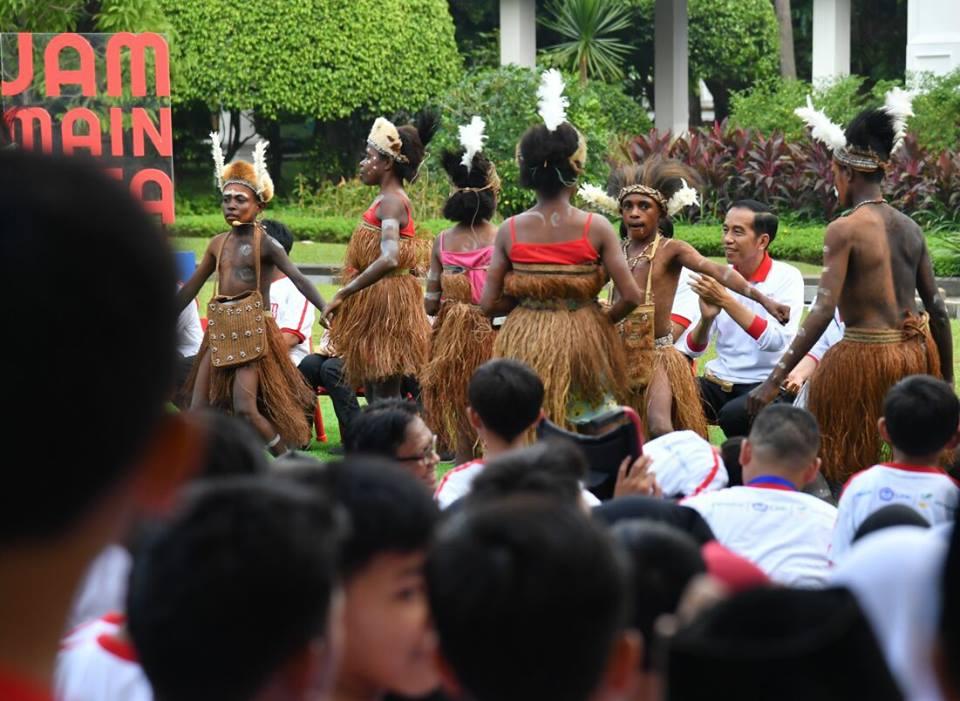 Momen Seru saat Jokowi dan Ibu Negara Bermain Permainan Tradisional, Nostalgia Nih