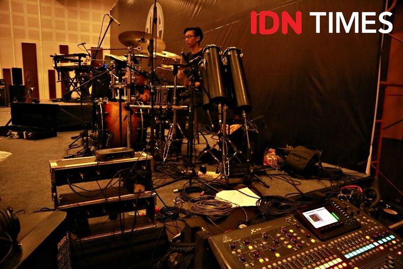 12 Keseruan Showcase Indra Lesmana Project, Perkenalan Band Metal Hits