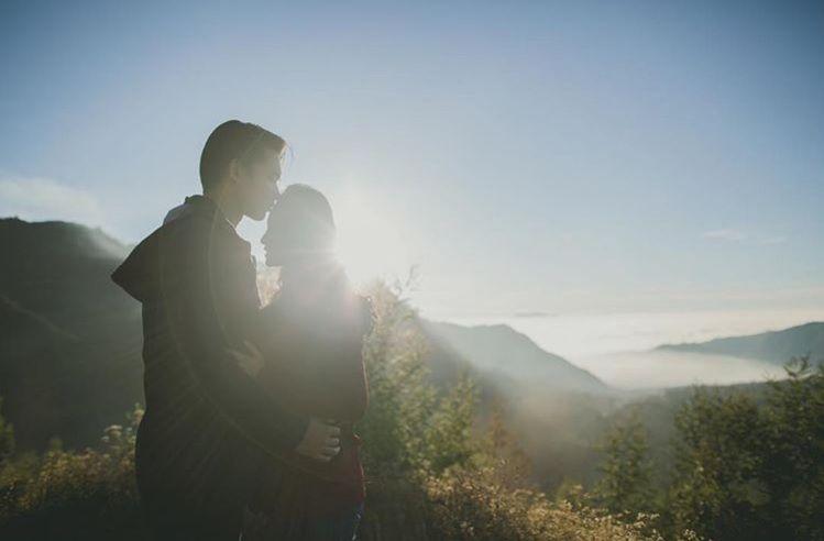 10 Destinasi Pre Wedding Terbaik di Jawa Timur, Romantis Abis!