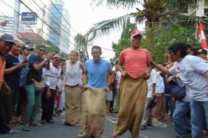 Aksi Sandiaga Uno Lomba Balap Karung di Jalan Jaksa, Kocak!